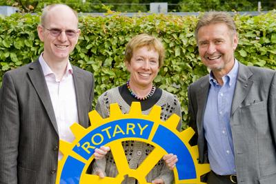 Burkhard Fleckenstein (links) und Günter Guderley (rechts) vom Rotary Club Aschaffenburg bei der Spendenübergabe an Dr. Inge Schwersenz (Foto: Björn Friedrich, Main-Echo)