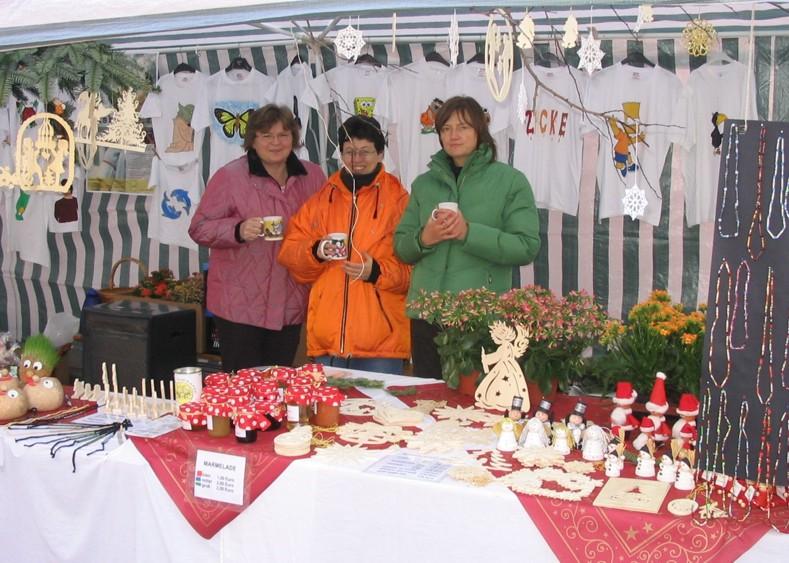 Auf dem Baiersdorfer Weihnachtsmarkt verkaufen ihre Produkte (von links): Ingrid Hirschmann, Petra Rieger und Angela Zauper, Andrea Senger fotografiert