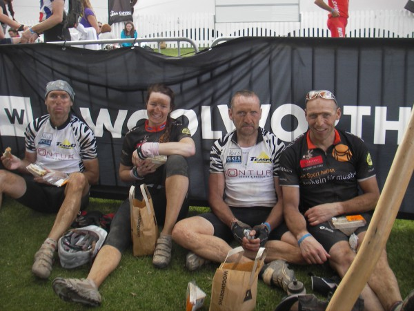 … und nach der 7. Etappe der Absa Cape Epic 2011 mit Jörg Wagner (links) und Egbert Ramge (2. von rechts), alle aus Groß-Bieberau
